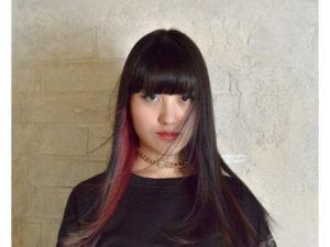 髪がなびく女性モデル