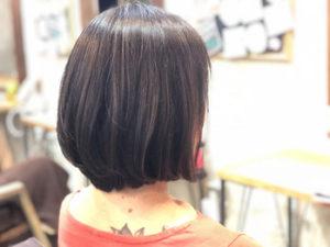 ミディアムヘアの女性の後ろ姿